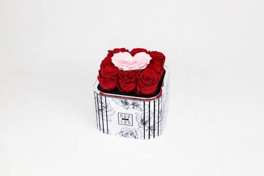 rosa a forma di cuore e rose rosse