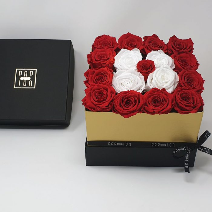 Cubo di rose bianche circondato da rose rosse e punto luce rossa