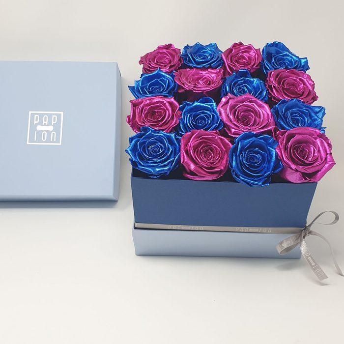 Cofanetto Luxury con 8 rose blu metalizzate e 8 rose rosa metalizzate
