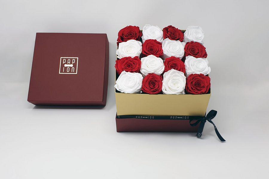 Cofanetto Luxury con 8 rose bianche e 8 rose rosse